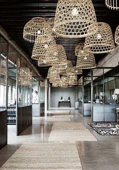 Pendelleuchte mit Korblampenschirm tinek home interior boho trends lässig locker leicht shop now! shop.lichtstudio.com
