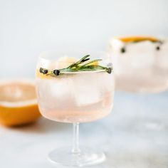 And relax. Doesn't this Spanish-style Elderflower Gin & Tonic look just perfect for a end of the week treat? Have a great weekend everyone! Cocktails, Alcoholic Drinks, Cocktail Original, Horseshoe Bar, Save The Date Inspiration, Grapefruit Soda, Wedding Boxes, Wedding Reception, Elderflower
