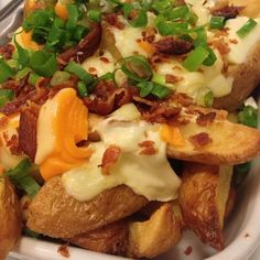 Batata 66 - Uma porção generosa de batata importada com casca, regada na manteiga, requeijão cremoso, quatro queijos ralados, bacon e cebolinha verde picada.    Zé do Hamburguer - Perdizes - São Paulo