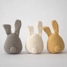 E-opskrift - Hæklede harer Love Crochet, Diy Crochet, Yellow Cottage, Fun Live, Crochet Decoration, Easter Crochet, Softies, Doll Toys, Needlework