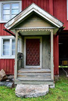 Kalle Bergström, Fotosmedjan, Farstukvistar i Dalarna Garage Doors, Shed, Outdoor Structures, Outdoor Decor, Home Decor, Lean To Shed, Decoration Home, Room Decor, Backyard Sheds