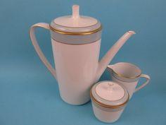 Vintage Kaffee Set von Hutschenreuther Noblesse Kaffeekanne, Milchkännchen und Zuckerdose, 60er Jahre, weiß mit blau und Goldrand von ShabbRockRepublic auf Etsy