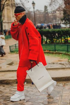Street Style at the Paris Men& Fashion Week Fall Winter The most original looks and new street style trends directly from the Paris Fashion Week Men& Fall Winter 2018 2019 Fashion Week Hommes, Fashion Week 2018, Mens Fashion Week, Fashion Mode, Look Fashion, Trendy Fashion, New Fashion, Fashion Outfits, Fashion Design