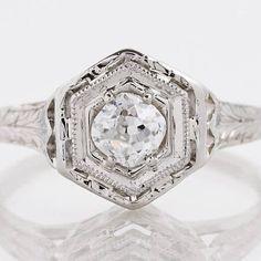 22 Vintage Engagement Rings to Make your Heart Melt #weddingrings #engagementrings #vintagerings https://ruffledblog.com/romantic-vintage-engagement-rings