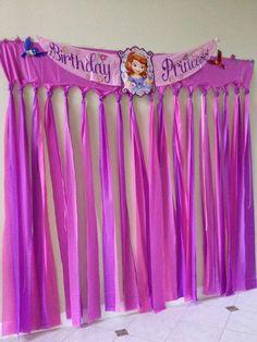 Decora tu casa o salón de fiestas donde harás el cumpleaños, con globos, telas, centros de mesa, impresiones etc: