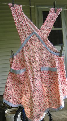 Vintage full size apron made from an old feed sack. Adorable print of 2 shades of blue and white daisies on a red background. Farmhouse Aprons, Country Farmhouse, Country Life, Country Style, Aprons Vintage, Retro Apron, Vintage Sewing, Cute Aprons, Sewing Aprons