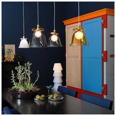 De #Bell Lamp staat wat betreft ontwerper #MarcelWanders vanaf heden #symbool voor de vroege uitvinding van de bel, wat mensen bij elkaar bracht. De Bell lamp van #Moooi is voorzien van een strik in wit of goud. Bij de kap heb je de keuze uit prachtige kleuren wit, transparant, groen, amber of smoke-grijs. Verkrijgbaar bij #MisterDesign