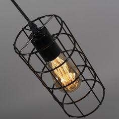 #Trendige und hippe #Pendellleuchte, die aus dünnem, #schwarz lackierten #Metalldraht hergestellt ist. Durch das #minimalistische #Design ist das #Leuchtmittel sichtbar, was ganz zum aktuellen Trend passt. #lampenundleuchten.de