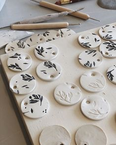 Love these DIY clay pots. Lots of great air dry clay ideas h Polymer Clay Crafts, Diy Clay, Polymer Clay Jewelry, Pottery Painting Designs, Pottery Art, Ceramic Pottery, Ceramic Art, Pottery Ideas, Ceramic Workshop