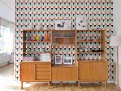Het behang is gemaakt van papier dat afkomstig is van duurzame bossen in Engeland. Het is afneembaar met een vochtige doek.afmeting per rol: 52 cm breed x 10 meter.Mocht het behang zijn uitverkocht dan kunt u het bij ons bestellen.