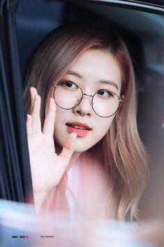 wallpaper Source by Kim Jennie, Kpop Girl Groups, Korean Girl Groups, Kpop Girls, Yg Entertainment, Foto Rose, Rose Bonbon, Rose Park, Blackpink Photos