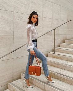 Look: Casual Chic - camisa branca + calça jeans + scarpin Source by cilenealba chic outfits Look Casual Chic, Casual Chic Outfits, Fashion Casual, Edgy Style, Look Fashion, Casual Looks, Fashion Outfits, Fashion Trends, Fashion Styles