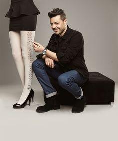 """Bay J, Burak Kut, Mete Horozoğlu, Mehmet Turgut, Seyfi Dursunoğlu (Huysuz Virjin), Tolga Çevik'in tasarladığı çoraplar 25 Şubat'ta #buyaka Penti'de…  Penti bu yıl """"Aile İçi Şiddete Son"""" demek için her biri kendi alanında duayen 6 ünlü erkeğe çorap tasarlattı. Önceki yılların aksine, sadece """"erkek gözünden kadına kaba kuvvetin"""" anlatıldığı çoraplarda, şiddeti anlatan ustura, özgürlüğü anlatan kuş, masumiyeti anlatan kedi, kalpli yara bandı ve piyano gibi figürler ön plana çıkıyor."""