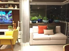 Decoração varanda integrada - Um cantinho sob medida no terraço integrado  que ainda ganhou um verdinho devidamente acomodado no aparador  {Projeto: Duda Senna}