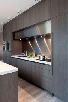 horno integrado, dos fregaderos, cocina blanca y gris moderna, balsa blanca