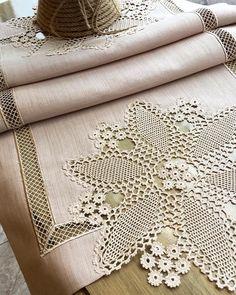 Fotoğraf açıklaması yok. Crochet Home, Irish Crochet, Crochet Motif, Crochet Doilies, Crochet Flowers, Crochet Stitches, Crochet Table Topper, Crochet Tablecloth, Silk Ribbon Embroidery