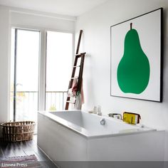 Das Große Wandbild Mit Apfelmotiv über Der Badewanne Sorgt Für Frische Und  Farbe Im Bad.