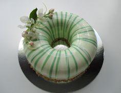 Mansikkamäki: Entremet-kakku ja erilaisia peilikiilteitä