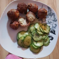 So Abendessen  Blumenkohl-Bömbchen mit Gurkensalat! #lowcarbfoodporn Für die Bömbchen werden Blumenkohl-Röschen in gewürztes Hackfleisch gepackt und von Bacon ummantelt Dann bei 200C für 25-30 min in den Ofen - fertig  Sehe zur empfehlen! #abendessen #stabiphase #lowcarbdeutschland #lowcarb #lowcarbdiary #fooddiary #lowcarbhimmel #abnehmen #weightloss #fitdurch2016 by snisni.diary