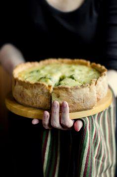 Киш - открытый пирог с основой из песочного теста. Его начинка может состоять из любых готовых компонентов, со взбитыми сырыми яйцами и сливками (или без)