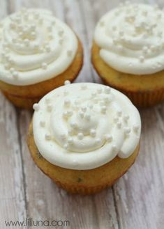 Ingredients •1 cup butter {room temperature} •1 7 oz. jar Marshmallow Fluff •1 cup powdered sugar •1 tsp. vanilla Instructions 1.Beat butter and powdered sugar until fluffy and well mixed. 2.Mix in fluff and vanilla by hand and mix well. 3.Add to piping bag and pipe onto cupcakes