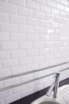 Carrelage mural de cuisine - Très beau carrelage mural de cuisine blanc.