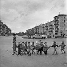 Find images and videos about black and white and children on We Heart It - the app to get lost in what you love. Robert Doisneau, Vintage Pictures, Old Pictures, Black White Photos, Black And White Photography, Vintage Photographs, Historical Photos, Vintage Children, Belle Photo