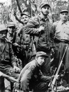 キューバで、フルヘンシオ・バティスタ政権打倒を目指しゲリラ戦を展開するキューバ革命の指導者、フィデル・カストロ氏(上段右から2人目)、弟のラウル・カストロ氏(下段)、エルネスト・チェ・ゲバラ氏(左から2人目、1957年撮影)。(c)AFP/ARCHIVO BOHEMIA