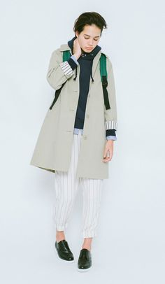 This has a boyish style, which tend to be simplistic. It elegantly comes together with a scarf wrapped around the bottom of the neck. Another highlight is the rolled up sleeves of the coat. C Bonding...