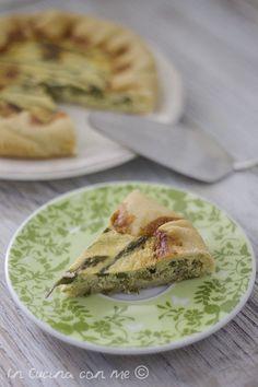 Una golosa quiche agli asparagi, un guscio friabile che racchiude un cremoso ripieno