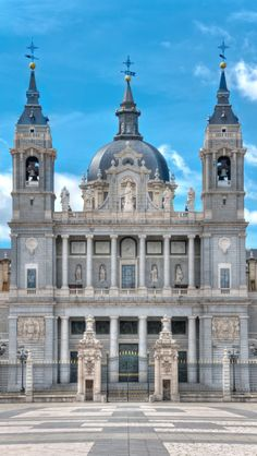 Cathédrale Almudena, Madrid How beautiful! What a beautiful place to have a wedding!