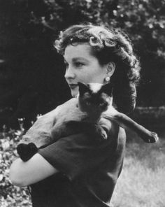 Vivien Leigh with her Siamese cat Ting Ling. Vivien loved Siamese cats and it is… Crazy Cat Lady, Crazy Cats, I Love Cats, Cute Cats, Vivien Leigh, Siamese Cats, Cats And Kittens, Patricia Highsmith, Celebrities With Cats