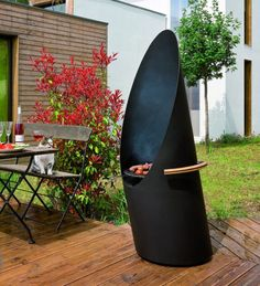 Diagofocus by Focus. It's both a barbecue grill and a outdoor fireplace. Made of black steel. Can be wheeled to turn its back to the wind to help protect hosts and guests from smoke. Design Barbecue, Grill Design, Bbq Grill, Grilling, Weber Grill, Modern Outdoor Grills, Focus Fireplaces, Fireplace Accessories, Fireplace Design
