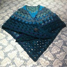 châle bleu crocheté forme cache-coeur : Echarpe, foulard, cravate par aiguilletine-et-crochetine