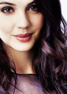 Adelaide Kane es Sara ...La belleza depende de los ojos que miran, Sara. Si cierras tu corazón, no verás a nadie guapo, nunca.