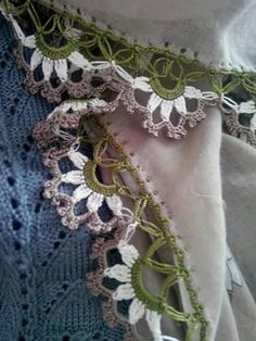 This Pin was discovered by Val Crochet Stitches Free, Crochet Borders, Crochet Lace, Crochet Curtains, Needlework, Diy And Crafts, Crochet Necklace, Sewing Patterns, Embroidery