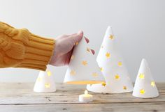 DIY Porcelain Holiday Tree Lights - A Beautiful Mess Easy to do ! Clay Christmas Decorations, Christmas Projects, Christmas Fun, Christmas Crafts, Holiday Tree, Xmas Tree, Holiday Decor, Deco Noel Nature, Modern Crafts