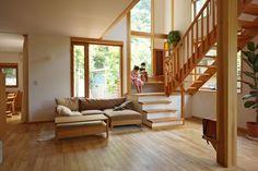 吹き抜けと階段のあるリビングルーム。ダイニングと微妙にずれた位置でつながる。 専門家:が手掛けた、吹き抜けのあるリビングルーム(逗子の家―気持ちの良い場所)の詳細ページ。新築戸建、リフォーム、リノベーションの事例多数、SUVACO(スバコ)
