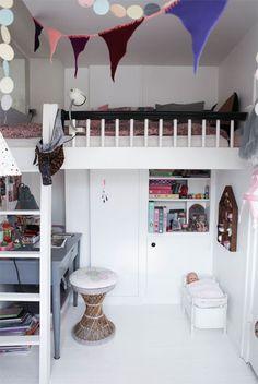 Her bor Roberta | LirumLarumLeg - Den høje seng giver mere gulvplads og skaber en hyggeplads i værelset. Bordet er fundet på dba. Den lille dukkeseng fra Sebra.
