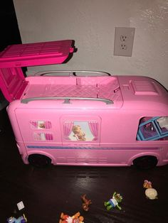 Check out the Barbie DreamCamper & Playset With Pool at the official Barbie website. Explore the world of Barbie today! Baby Girl Toys, Toys For Girls, Kids Toys, Baby Dolls, Barbie Doll Set, Barbie 2000, Barbie Barbie, Makeup Toys, Barbie Camper