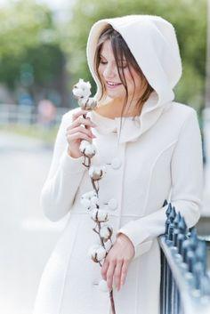 Braut Mantel mit großer Kapuze für eine Hochzeit bei kühlerem Wetter  (www.noni-mode.de - Foto: Le Hai Linh)