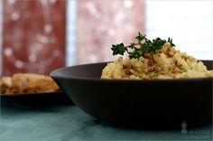 Kartoffelpüree kennt wohl jeder und es gibt kaum jemanden, der es nicht mag. Oft landet es als Beilage auf unseren Tellern. Doch langweilig oder gar eintönig muss dieses Gericht keinesfalls sein. Es gibt nämlich unzählige Möglichkeiten es zu verfeinern und zu einem außergewöhnlichen Geschmackserlebnis zu machen. Sei es mit frisch gemahlenen Gewürzen, Kräutern, Fleisch- oder Speckbeilagen, verschiedenen Käsesorten, Gemüse oder Nüssen… Ihr denk jetzt vielleicht, Kartoffeln und Nüsse? Das passt…