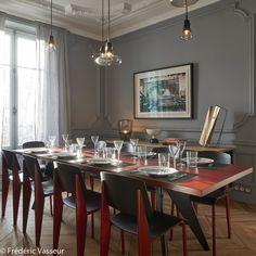 Une salle a manger rouge et grise