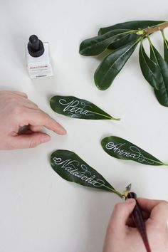 Calligraphy DIY: Leaves place cards - we love handmade - Calligraphy DIY: Leaves place cards Informations About Kalligraphie DIY: Blätter-Tischkärtchen – - Diy Wedding Shoes, Tie The Knot Wedding, Our Wedding, Fall Wedding, Wedding Spot, Diy Place Cards, Cards Diy, Tattoo Painting, Diy 2019