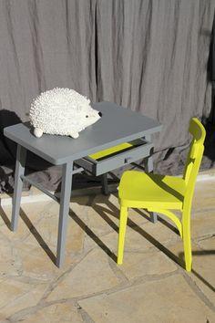 Adorable ensemble pour les petits de 18 mois à 3 ans env.  Bureau Baumann peint en gris foncé et le fond du tiroir en citron vert assorti à la petite chaise !  La chaise est - 10978883