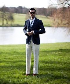 Sois au sommet de ta classe en portant un blazer bleu marine et un pantalon de costume beige. Si tu veux éviter un look trop formel, opte pour une paire de des chaussures derby en cuir brunes.