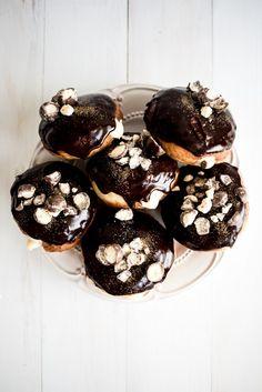 Dark Chocolate and Malt Custard Filled Doughnuts via butterandbrioche Healthy Doughnuts, Fried Donuts, Baked Doughnuts, Delicious Desserts, Yummy Food, Chicken Breakfast, Chocolate Malt, Sweet Dough, Custard Filling