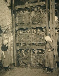 Crammed into a coal mine elevator, coming up after a day of work. Crammed into a coal mine elevator, coming up after a day of work. Bizarre Photos, Rare Photos, Vintage Photographs, Vintage Pictures, Old Pictures, Old Photos, Vintage Abbildungen, Foto Poster, Coal Miners