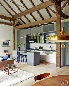 Кухня. Кабинеты и бетонная столешница сделаны на заказ. Барные стулья, Bassam Fellows.
