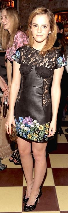 I love this sexy but sofisticated mini dress of Emma Watson. It's the perfect mix of leather, lace and prints